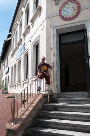 Thomas Fritz vor der Kampfkunstschule Rote Dschunke